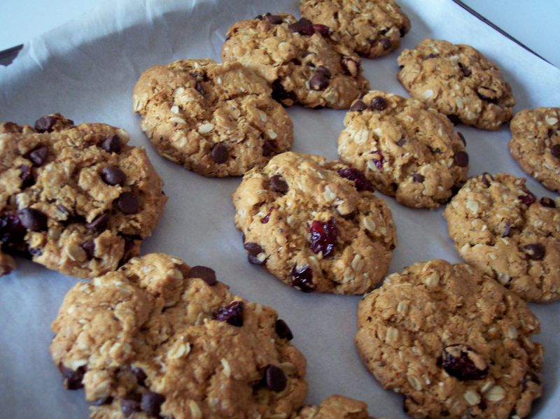 VEGAN OATMEAL COOKIES WITH CAROB CHIPS AND SOUR CHERRIES THE KIND DIET ALICIA SILVERSTONE