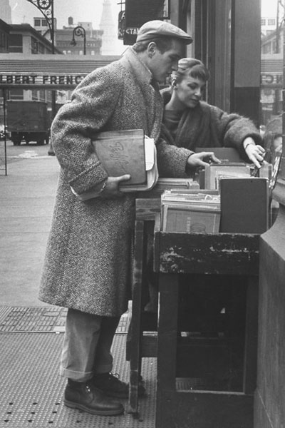 Paul newman joanne woodward looking at books