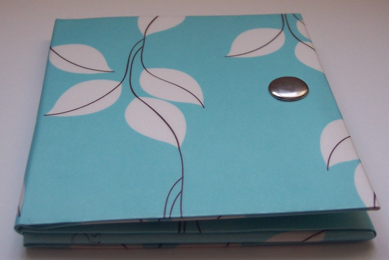 Turquoise_and_vines_paper_vinyl_wal